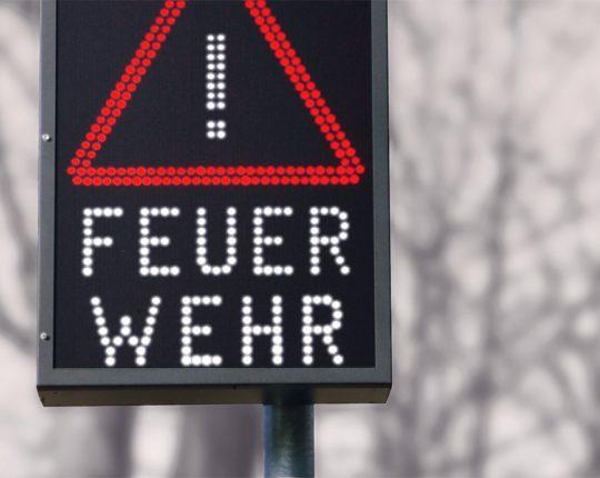 Sehr gut sichtbare Mitteilungen machen den Straßenverkehr sicherer.